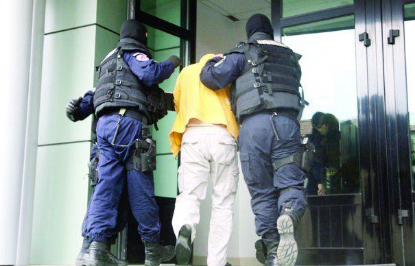 Călărași: Jandarmii saltă pe un derbedeu care amenința trecătorii cu un cuțit