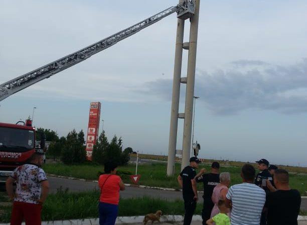De Rusalii, jandarmii și pompierii călărășeni au salvat viața unui rrom. Acesta vroia să se arunce de pe un turn…